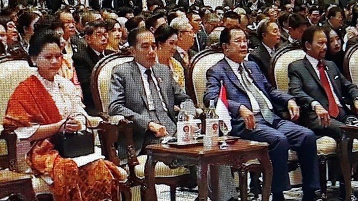 Presiden Jokowi dan Ibu Negara Iriana menghadiri upacara pembukaan Konferensi Tingkat Tinggi (KTT) ke-35 ASEAN di Impact Exhibition & Convention Center, Bangkok, Minggu (3/11/2019) pagi.