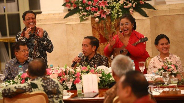 Presiden Joko Widodo (tengah) bersama Ibu Negara Iriana Joko Widodo (kanan) dan Wakil Presiden Jusuf Kalla (kiri) dalam acara silaturahmi kabinet kerja di Istana Negara, Jakarta, Jumat (18/10/2019). Silaturahmi itu juga merupakan ajang perpisahan presiden, wakil presiden serta para menteri kabinet kerja yang telah bekerja sama selama lima tahun pemerintahan Joko Widodo-Jusuf Kalla. TRIBUNNEWS/IRWAN RISMAWAN