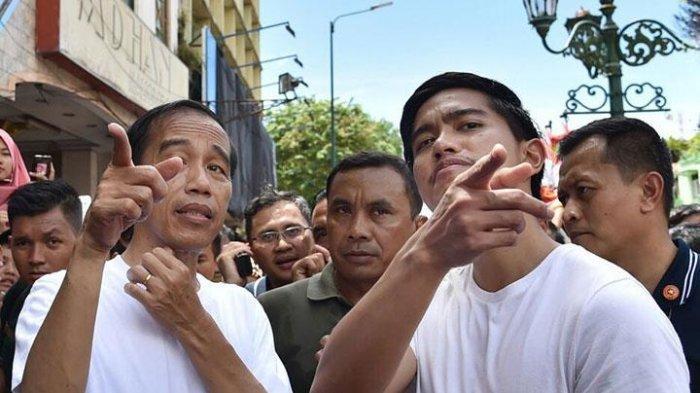 Jokowi dan Kaesang mengenakan baju kaos putih jalan-jalan di kawasan Malioboro, Yogyakarta, Sabtu (31/12/2017).
