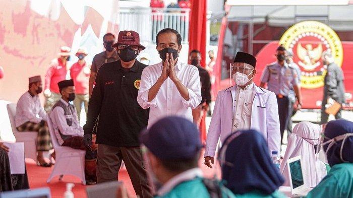 Presiden Jokowi didampingi Kepala BIN Budi Gunawan meninjau vaksinasi di Cirebon, Jawa Barat, Selasa (31/8/2021)