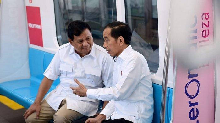 Jokowi dan Prabowo berbincang di MRT, Sabtu (13/7/2019).