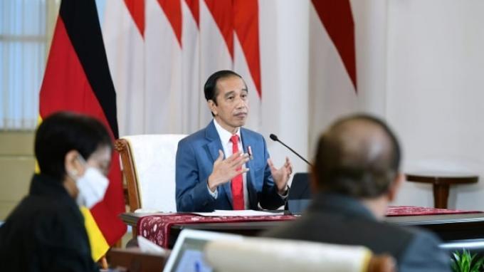 Menteri Luar Negeri (Menlu) Retno Marsudi bersama Sekretaris Kabinet Pramono Anung mendampingi Presiden Joko Widodo melakukan pertemuan bilateral dengan Kanselir Jerman Angela Merkel secara virtual di Istana Bogor, Selasa (13/4/2021).
