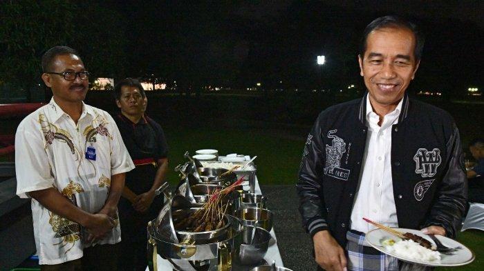 Kenakan Sarung, Jokowi Menikmati Malam Pergantian Tahun dengan Makan Sate Ayam di Wisma Bayurini