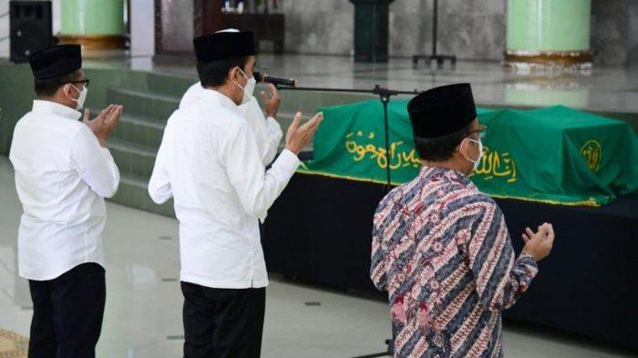 Presiden Joko Widodo pada Senin pagi, 1 Maret 2021, datang melayat ke mendiang Artidjo Alkostar di Masjid Ulil Albab, Kampus Terpadu Universitas Islam Indonesia (UII), Yogyakarta.
