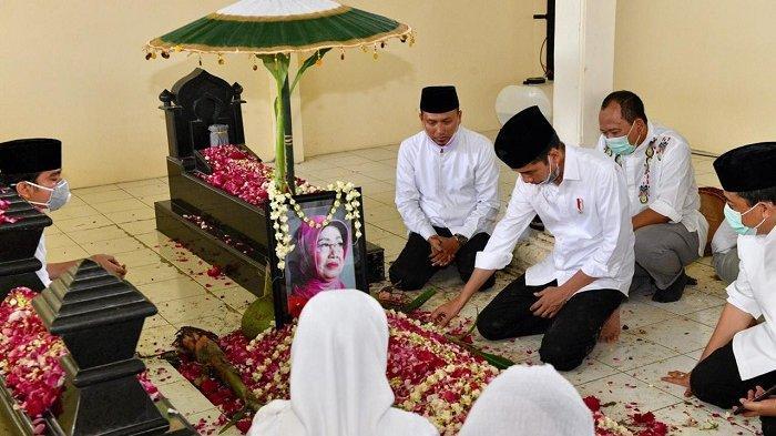 Sederet Foto Presiden Jokowi Berdoa dan Tertegun di Pusara Sang Ibu