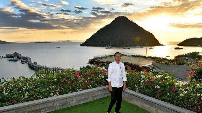 Ladeni Jemaah untuk Berswafoto Setelah Salat Jumat, Begini Ekspresi Presiden Jokowi