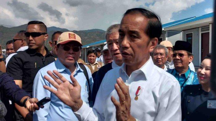 Presiden Joko Widodo (Jokowi) saat berkunjung ke lokasi huntap Kelurahan Tondo, Kota Palu, Sulawesi Tengah, Selasa (29/10/2019) siang. (TRIBUNPALU.COM/Muhakir Tamrin)