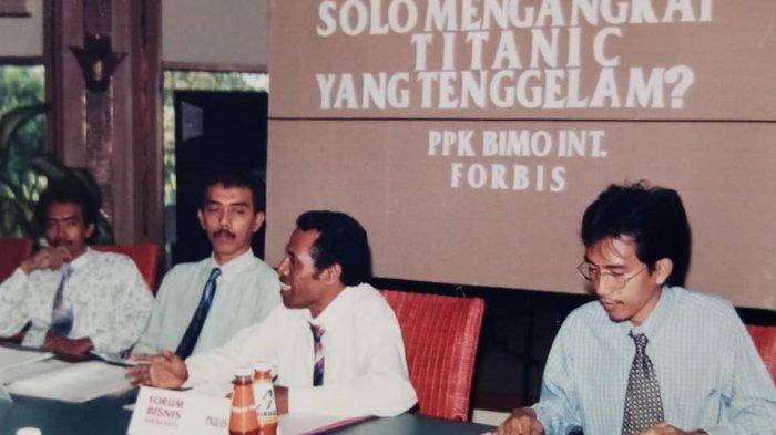 Jokowi (kanan) dalam acara yang menghadirkan Sri Mulyani di Solo, 14 Agustus 1998 (Facebook Mayor Haristanto)