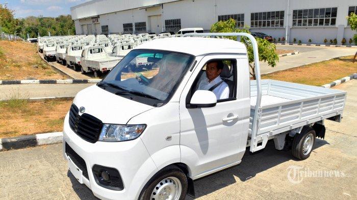 Presiden Joko Widodo menjajal mobil pick up Esemka Bima 1200cc di Boyolali, Jateng, Jumat (6/9/2019). Hari ini Jokowi bersama Menteri Perindustrian Airlangga Hartarto meresmikan pabrik PT Solo Manufaktur Kreasi (Esemka) yang akan memproduksi mobil merk Esemka di Boyolali, Jawa Tengah. TRIBUNNEWS/HO/AGUS SUPARTO