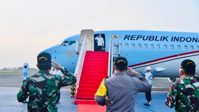 Presiden Joko Widodo (Jokowi) bertolak menuju Provinsi Nusa Tenggara Timur (NTT)pada hari ini, Jumat, (9/4/2021) untuk meninjau lokasi terdampak bencana.