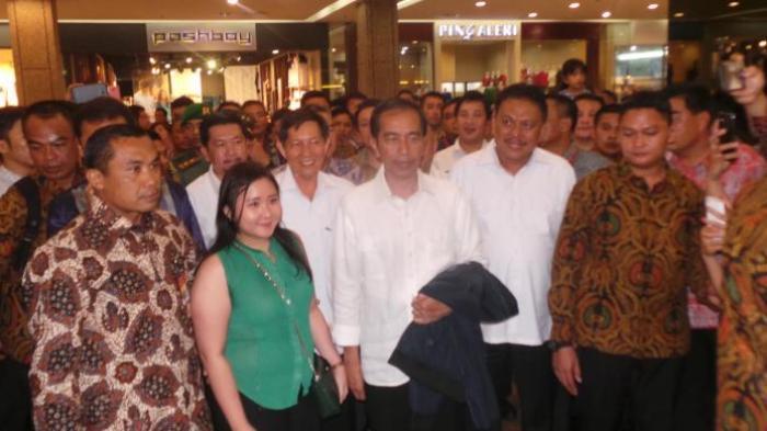 Inilah Merek, Harga dan Ukuran Sepatu yang Dibeli Jokowi di Manado