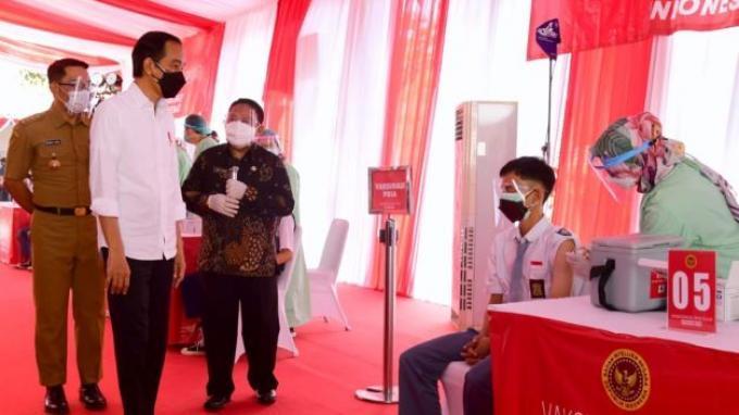 Presiden Joko Widodo (Jokowi) meninjau langsung program vaksinasi Covid-19 bagi para pelajar di SMAN 1 Beber, Kabupaten Cirebon, Jawa Barat, pada Selasa, (31/8/2021).