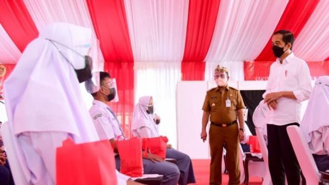 Jokowi Instruksikan Vaksinasi Pelajar dan Santri Dilakukan Besar-besaran