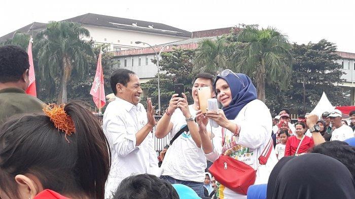 Jokowi 'KW' Sapa Simpatisan 01 di Monumen Perjuangan Rakyat Jabar