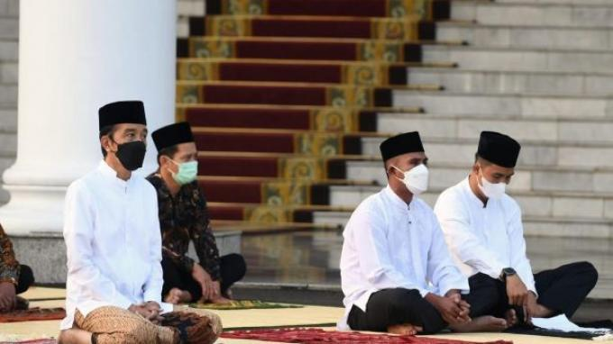 Presiden Joko Widodo (Jokowi) dan Ibu Negara Iriana Jokowi, melaksanakan salat Idulfitri 1442 H di halaman Gedung Induk Istana Kepresidenan Bogor, Jawa Barat, pada Kamis pagi, (13/5/2021).