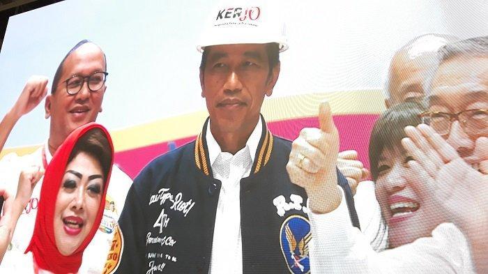 Dapat Dukungan dari 10.000 Pengusaha, Jokowi Diberi Helm Proyek