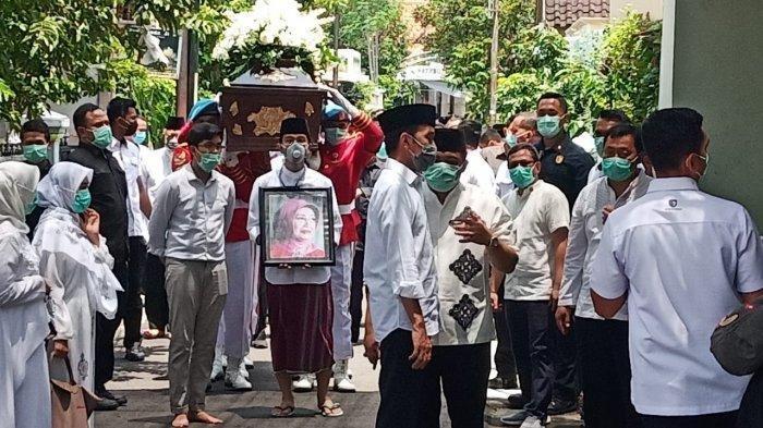 Jenazah ibunda Presiden Joko Widodo (Jokowi), Sudjiatmi Notomihardjo disalatkan di Masjid Baturrachman, Kelurahan Sumber, Kecamatan Banjasari, Kota Solo, Jateng, Kamis (26/3/2020) pukul 12.00 WIB.