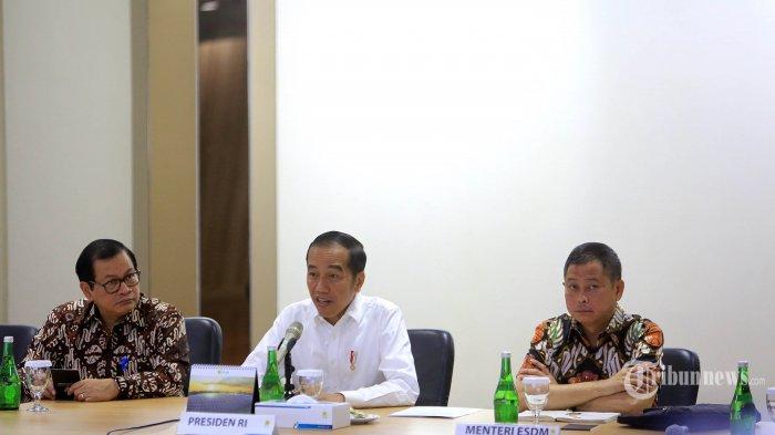 Presiden Joko Widodo ditemani Sekretaris Kabinet Pramono Anung (kiri) dan Menteri ESDM Ignasius Jonan (kanan) melakukan rapat dengan petinggi PLN di kantor Pusat PLN, Jakarta, Senin (5/8/2019). Presiden mempertanyakan dan meminta klarifikasi manajemen PLN atas padamnya listrik secara total (blakcout) di wilayah Jabodetabek pada Minggu (4/8/2019).