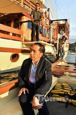 Presiden Joko Widodo menaiki perahu boat untuk menikmati matahari terbenam (sunset) di atas kapal Pinisi Felicia di Labuan Bajo, NTT, Minggu (19/1/2020). Presiden Jokowi menjadikan Labuan Bajo sebagai salah satu destinasi wisata super prioritas. TRIBUNNEWS/SETPRES/AGUS SUPARTO