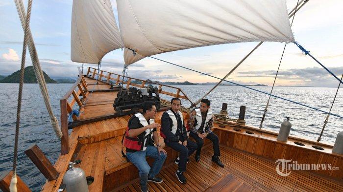 Presiden Joko Widodo menikmati matahari terbenam (sunset) di atas kapal Pinisi Felicia di Labuan Bajo, NTT, Minggu (19/1/2020). Presiden Jokowi menjadikan Labuan Bajo sebagai salah satu destinasi wisata super prioritas. TRIBUNNEWS/SETPRES/AGUS SUPARTO