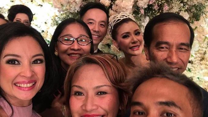 Presiden Jokowi saat berpose dengan tamu undangan di Pernikahan Olga Lidya