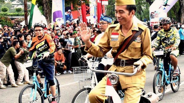 Peringati Hari Pahlawan, Jokowi Naik Ontel di Bandung Lautan Sepeda