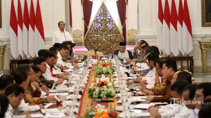 Presiden Joko Widodo memberikan arahan saat memimpin sidang kabinet paripurna di Istana Merdeka, Jakarta, Kamis (24/10/2019). Sidang kabinet paripurna itu merupakan sidang perdana yang diikuti menteri-menteri Kabinet Indonesia Maju. TRIBUNNEWS/IRWAN RISMAWAN