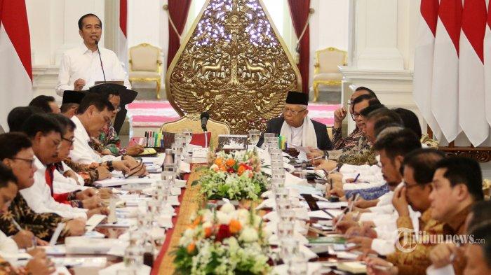 Presiden Joko Widodo memberikan arahan saat memimpin sidang kabinet paripurna di Istana Merdeka, Jakarta, Kamis (24/10/2019). Sidang kabinet paripurna itu merupakan sidang perdana yang diikuti menteri-menteri Kabinet Indonesia Maju.