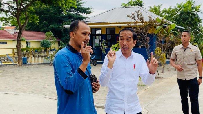 Jokowi berbincang-bincang dengan operator alat di Waduk Pluit, Jakarta Utara, Jumat (3/1/2020)