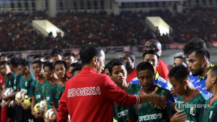 Presiden Joko Widodo menyalami para pemain saat acara peresmian Stadion Manahan, Solo, usai direnovasi, Sabtu (15/2/2020). Stadion Manahan direnovasi dengan biaya Rp 301,33 milyar dan nantinnya akan menjadi salah satu venue gelaran Piala Dunia U-20 pada tahun 2021. TRIBUN JOGJA/HASAN SAKRI