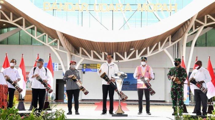 Presiden Joko Widodo (Jokowi) meresmikan terminal baru Bandara Mopah di Kabupaten Merauke, Provinsi Papua, Minggu (3/10/2021). Pengembangan infrastruktur tersebut akan menghubungkan dan mempersatukan wilayah Indonesia sehingga mobilitas orang, barang, dan jasa menjadi lebih mudah.