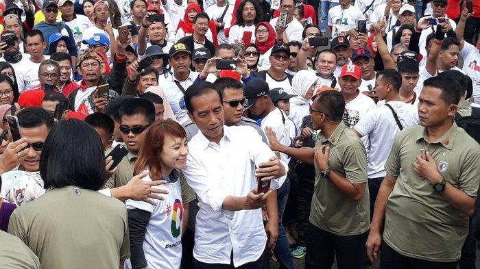Gaya Jokowi Swafoto Bersama Simpatisan Supaya Tidak 'Ngeblur'