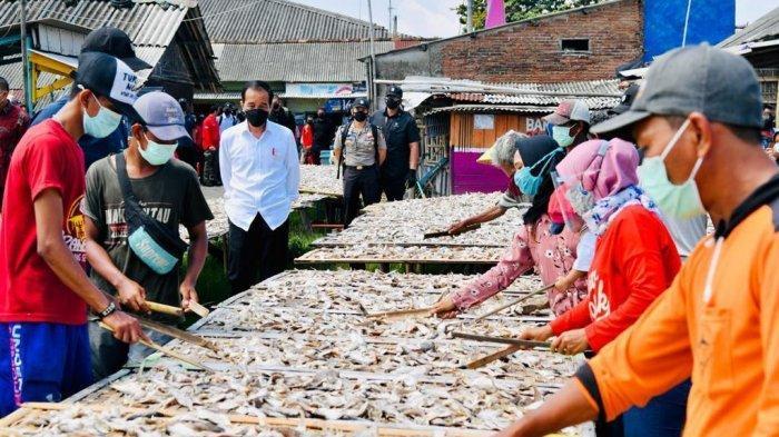 Harapan Jokowi Saat Tinjau Vaksinasi Door To Door BIN di Perkampungan Nelayan Cilacap
