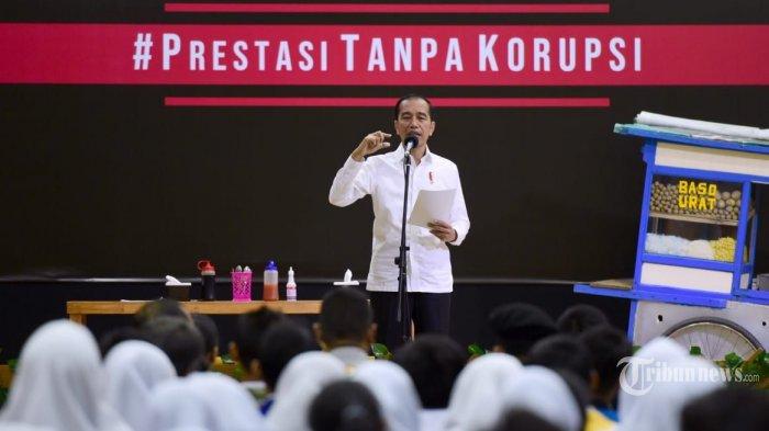 Presiden Joko Widodo berkomunikasi dengan siswa siswi usai menyaksikan Pentas #PrestasiTanpaKorupsi yang digelar di SMKN 57, Jati Padang, Jakarta Selatan, Senin (9/12/2019). Drama tersebut diperankan oleh tiga menteri, yaitu Menteri BUMN Erick Thohir, Menteri Pendidikan dan Kebudayaan Nadiem Makarim, dan Menteri Pariwisata dan Ekonomi Kreatif Wishnutama Kusubandi yang tampil bersama komedian Bedu dan Sogi. TRIBUNNEWS/HO/BIRO PERS