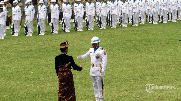Presiden Joko Widodo menghampiri dan menyalami Komandan Upacara Peringatan Detik-detik Proklamasi, Kolonel Laut (P) Hariyo Poernomo (kanan), di Istana Merdeka, Jakarta, Sabtu (17/8/2019). WARTA KOTA/HENRY LOPULALAN