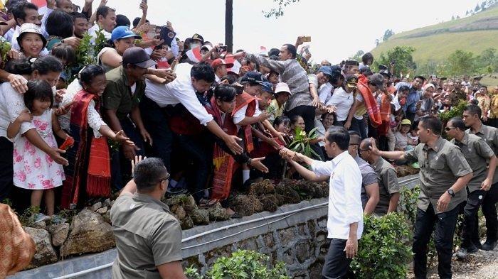 Presiden Joko Widodo bersama Ibu Negara Iriana Joko Widodo melanjutkan kegiatan kerja di Provinsi Sumatera Utara dengan menyambangi Taman Bumi (Geopark) Kaldera Toba di Desa Sigulatti, Kabupaten Samosir, Rabu (31/7/2019)