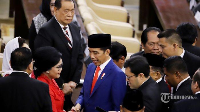 Presiden RI Joko Widodo (Jokowi) saat akan meninggalkan ruang Sidang DPR RI tentang RAPBN Tahun 2020 di Kompleks Parlemen, Senayan, Jakarta Pusat, Jumat (16/8/2019). Adapun, fokus RAPBN diarahkan pada lima hal utama yang Pertama, penguatan kualitas SDM untuk mewujudkan SDM yang sehat, cerdas, terampil, dan sejahtera. Kedua, akselerasi pembangunan infrastruktur pendukung transformasi ekonomi. Ketiga, penguatan program perlindungan sosial untuk menjawab tantangan demografi dan antisipasi aging population. Keempat, penguatan kualitas desentralisasi fiskal untuk mendorong kemandirian daerah. Dan terakhir, kelima, antisipasi ketidakpastian global. Tribunnews/Jeprima