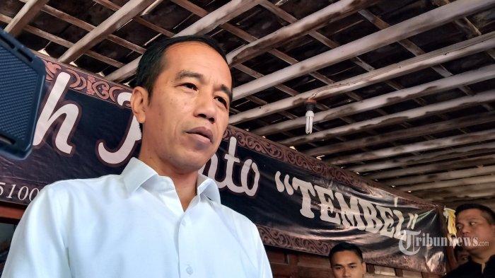 Presiden Republik Indonesia, Joko Widodo. dan cucunya, Jan Ethes, saat tiba di Rumah Makan Ayam Goreng Mbah Karto Tembel , Sukoharjo, Minggu (28/7/2019) Jokowi mengaku mempersilahkan siapa saja yang ingin bertemu dengannya, Dan menilai hubungannya dengan SBY maupun partai Demokrat berjalan dengan sangat baik.  (TribunSolo.com)