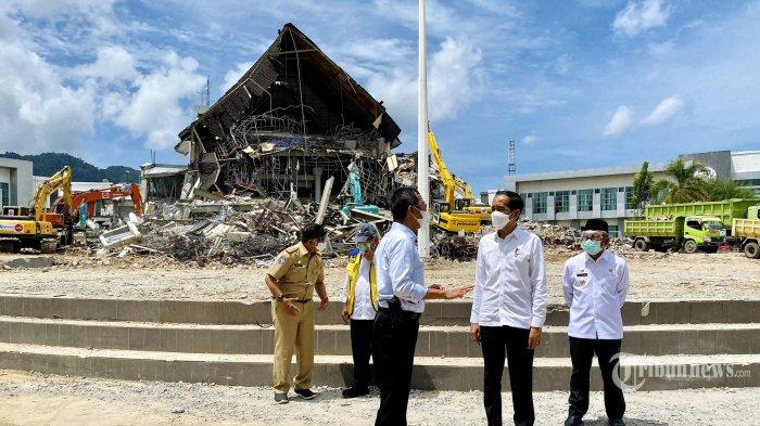 Jokowi Datangi Posko Pengungsi Gempa Mamuju, Siapkan Bantuan untuk Bangun Rumah Penduduk yang Roboh