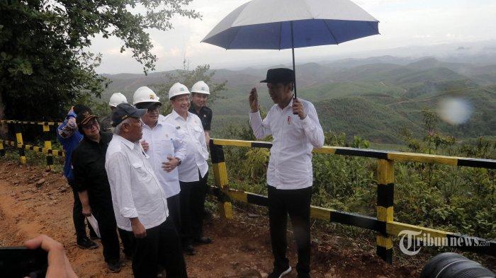 Presiden Joko Widodo didampingi Menteri Lingkungan Hidup dan Kehutanan Siti Nurbaya (kiri), Menteri PUPR Basuki Hadimuljono (dua kiri), Sekretaris Kabinet Pramono Anung (tiga kiri), Mendagri Tito Karnavian (tiga kanan), dan Bupati Penajam Paser Utara Abdul Gafur Mas'ud (dua kanan) berbincang saat meninjau progres persiapan pembangunan Ibu Kota baru di kawasan Kelurahan Pemaluan, Sepaku, Penajam Paser Utara, Selasa (17/12/2019). Hari ini Presiden Jokowi meresmikan beroperasinya Tol Balikpapan-Samarinda yang akan menjadi jalur penghubung utama menuju Ibu Kota baru RI. TRIBUN KALTIM/FACHMI RACHMAN