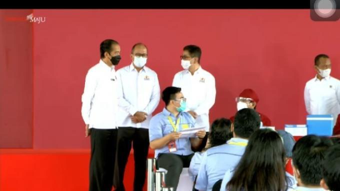 Presiden Joko Widodo (Jokowi) meninjau langsung pelaksanaan vaksinasi Gotong Royong di kawasan Jababeka, Cikarang, Jawa Barat, Selasa, (18/5/2021).