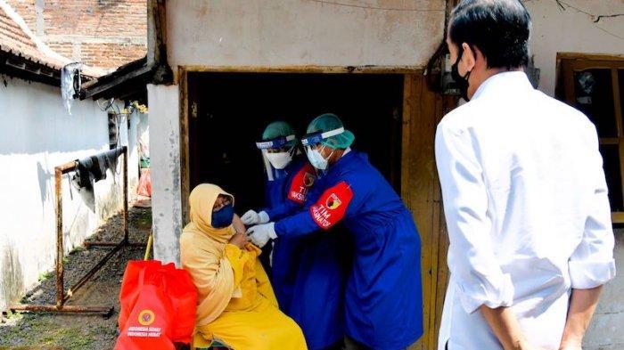 Jokowi Tinjau Program Vaksinasi dari Pintu ke Pintu di Madiun