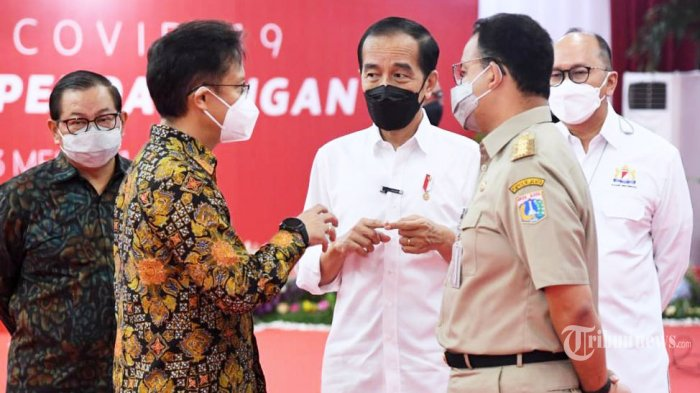 Presiden RI Joko Widodo berbincang dengan Menkes RI Budi Gunadi Sadikin, Gubernur DKI Jakarta Anies Baswedan di TM Thamrin City, Jakarta Pusat, Senin, (3/5/2021).