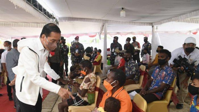 Presiden Joko Widodo (Jokowi) meninjau kegiatan vaksinasi Covid-19 bagi masyarakat dan pelajar di halaman Kantor Bupati, Kabupaten Merauke, Provinsi Papua pada Minggu, (3/10/ 2021)