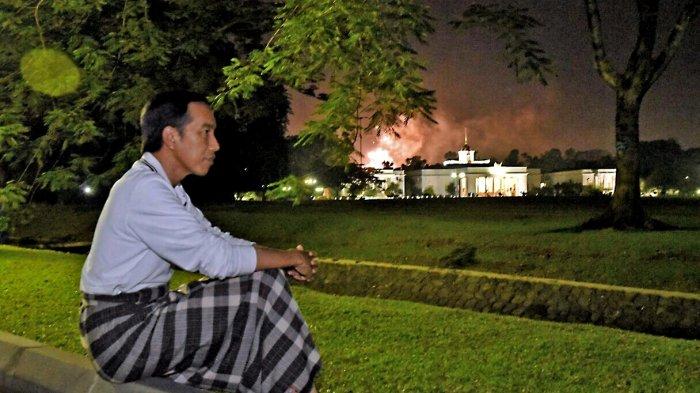 Sambil Sarungan, Presiden Jokowi Nikmati Malam Pergantian Tahun