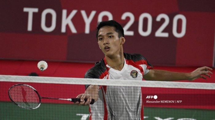 Jonatan Christie dari Indonesia memukul ke Loh Kean Yew Singapura dalam pertandingan penyisihan grup bulu tangkis tunggal putra selama Olimpiade Tokyo 2020 di Musashino Forest Sports Plaza di Tokyo pada 28 Juli 2021.