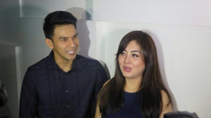 Jonathan Frizzy dan istrinya, Dhena Devanka usai mengisi acara di kawasan Kebon Jeruk, Jakarta Selatan, Selasa (13/12/2016).