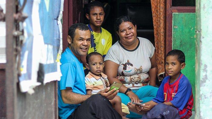Joni Sius Tse bersama keluarganya.
