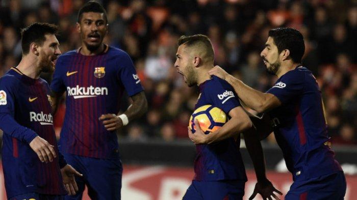 Selebrasi bek Barcelona, Jordi Alba (kedua dari kanan), setelah sukses mencetak gol penyeimbang timnya ke gawang Valencia dalam laga La Liga Spanyol 2017-2018 di Stadion Mestalla, Valencia, Spanyol, pada Minggu (26/11/2017). JOSE JORDAN/AFP/BOLASPORT.COM