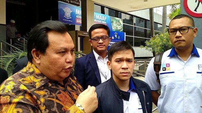 Jordi Onsu didampingi Minola Sebayang sebagai pengacara datang ke Sentra Pelayanan Kepolisian Terpadu (SPKT) Polda Metro Jaya, Semanggi, Jakarta Selatan, Senin (11/11/2019).
